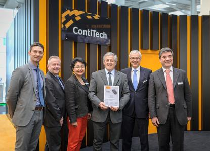 Congratulations on being singled out as supplier of the year: Heinz-Gerhard Wente (2nd from the right), Hicran Hayik-Koller (3rd from the left) and Thomas Rieth (2nd from the left) presenting the awards certificate to Dr. Vittorio Bortolon, general manager of SO.F.TER S.p.A. in Germany, with Paolo Contelli, key account manager Germany, on the far right and Dr. Alessandro Giodani from technical services on the far left (Photo: ContiTech)