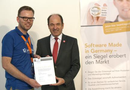 Auszeichnung für justSelling: Geschäftsführer Michael Schäfer (l.) erhält das Gütesiegel von BITMi-Vize Martin Hubschneider