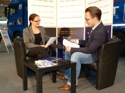 Verlagschefin Alina Trumpfheller und Peter Klischewsky, Chefredakteur der Mediengruppe Telematik-Markt.de, zu der auch Telematik.TV gehört, treffen die letzten Vorbereitungen für den heutigen Drehtag, Foto: Telematik-Markt.de