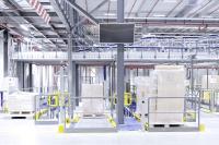 Die auf Paletten angelieferte Ware wird an die Fördertechnik übergeben und nach Vereinnahmung, IT-Erfassung und Konturenprüfung zu einem der vier Hochregallager transportiert