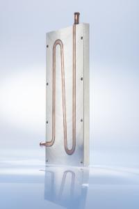 Beispiel für einen Flüssigkeitskühlkörper mit einer Kühlplatte aus Aluminiumdruckguss und Kühlrohren aus Kupfer