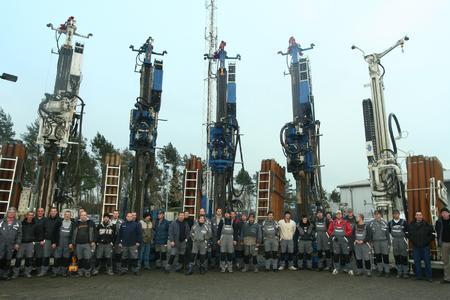 Das Team des Bohrunternehmens Geowell mit einigen Bohrgeräten