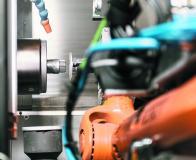 Der Roboter führt die Rotoren präzise der Bearbeitung zu – früher mussten die Mitarbeiter diesen Vorgang manuell verrichten.