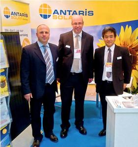 ANTARIS SOLAR CEO Gerhard Steinebrunner, Andrew Moore (International Sales Manager at ANTARIS SOLAR), and Tetsuro Uragami from NRE at the PV Expo 2012 in Tokyo (from left to right). Photo: ANTARIS SOLAR