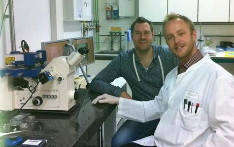 Mike Wälte and Dr Florian T. Ludwig (white coat) with the JPK CellHesion® 200 system at the University of Münster