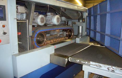 Bild 4: Am Eingang der SBM-XL S2B2 befinden sich zwei gegenläufige Schleiflamellenaggregate, die zunächst die Schneidkanten entgraten