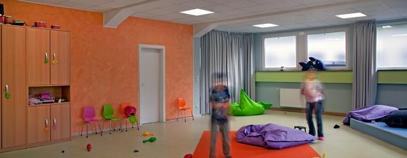 Kidstreff in Herne: Die Lernwelten | Farbwelten dienten als Inspirationsquelle. Farbwelt 3 überzeugte und wurde leicht modifiziert für die gegebene Raumsituation. Im Spielzimmer werden grüne und blaue-Farbnuancen ausgleichend mit Orange kombiniert, Foto: Caparol Farben Lacke Bautenschutz