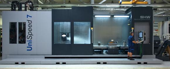 Neue UniSpeed 7 von SHW Werkzeugmaschinen: Für eine Pendelbearbeitung lässt sich der Arbeitsbereich durch eine Trennwand teilen, sodass hauptzeitparallel gerüstet werden kann. Das erhöht die Maschinenlaufzeit