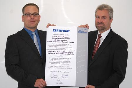 Für die Marke Renault Trucks freuen sich Georg Schmitz, Director Retail Development, (rechts im Bild) und Martin Pfeiffer, Leiter Commercial Competence Development, den hauseigenen Nutzfahrzeugverkäuferinnen und -verkäufern das Gütesiegel 'Geprüfte/r Nutzfahrzeugverkäufer/in anbieten zu können