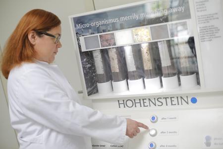 Die Textilien werden auf verschiedene Parameter hin untersucht, wie z. B.: Wie schnell zersetzt sich das Textilprodukt in mikrobiologisch aktivem Boden? Kommt es in der Folge zu toxikologischen Umweltbelastungen? © Hohenstein Institute