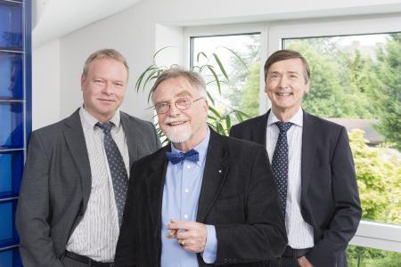 VZM-Geschäftsführer Peter Loibl (links) und Peter Stürmann (rechts) mit dem Firmengründer Rainer v. zur Mühlen (Mitte)