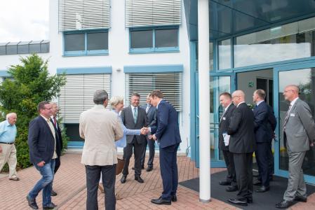 Firmenchef Uwe Weiss begrüßt Wirtschaftsministerin Nicole Hoffmeister-Kraut mit ihrer Delegation
