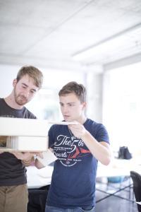 Studentinnen und Studenten erhalten einen eigenen Arbeitsplatz, um an ihren Projekten zu arbeiten / Foto: TU Kaiserslautern