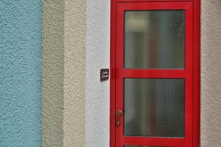 Kleine Hingucker bilden einige vorhandene rote Türen zu Gemeinschaftsräumen – sie leuchten aus der Fassadenfarbigkeit heraus. (Foto: Caparol Farben Lacke Bautenschutz/Martin Duckek)