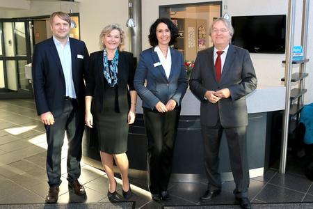 (v.l.n.r.): Bitkom-Bereichsleiter Felix Zimmermann, CONET-Vorstand Anke Höfer und CONET-Aufsichtsratsmitglied Hans-Jürgen Niemeier begrüßen Elisabeth Winkelmeier-Becker, MdB, (2.v.r.) bei CONET