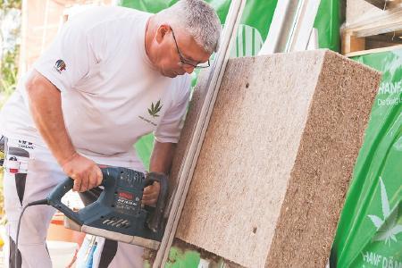 Natürlich mit Hanf dämmen: Hanfplatten des Fassadendämmsystems Capatect NATURE HANF lassen sich auf der Baustelle maßgenau zuschneiden. Caparol empfiehlt Verarbeitern dafür das passende Werkzeug. Foto: Caparol Farben Lacke Bautenschutz/Sergej Kleptcha