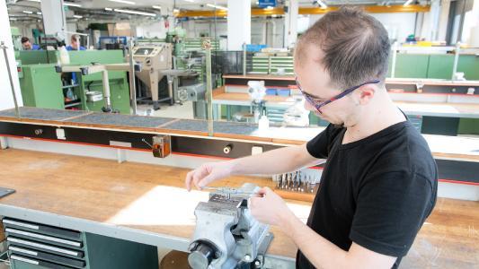 Rami Aswad fertigt bei GEZE sein erstes Werkstück (Bild: GEZE GmbH)