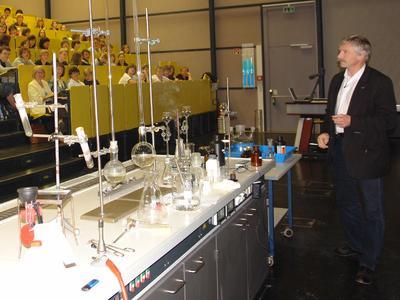 Schülervorlesung mit dem Rektor der TU Ilmenau, Prof. Peter Scharff, der selbst Chemiker ist, © TU Ilmenau