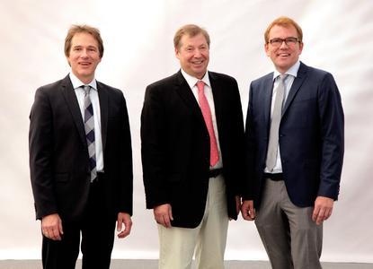 Günter Helmchen, Geschäftsführer Banner Batterien Deutschland GmbH (Bildmitte), mit den Inhabern von Banner Batterien, Thomas Bawart (li.) und Andreas Bawart (re.)