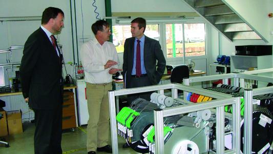 Der spanische Generalkonsul Carlos Medina Drescher (rechts) lässt sich von Albrecht Dietrich, Leiter der Produktion (Mitte) und Jorge Pons Vorberg, CFO, (links) die Abläufe in der Produktion der primion Technology AG erklären