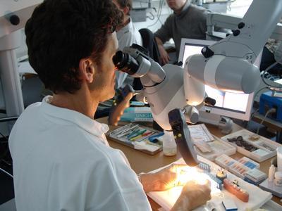 MTC-Referent Dr. Josef Diemer bei einer Demo am Dentalmikroskop OPMI PROergo von Carl Zeiss