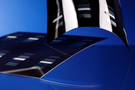 Die bei NEXT ENERGY erforschten Dünnschichtsolarzellen auf flexiblen Metallfolien eröffnen neue Möglichkeiten in der Anwendung.