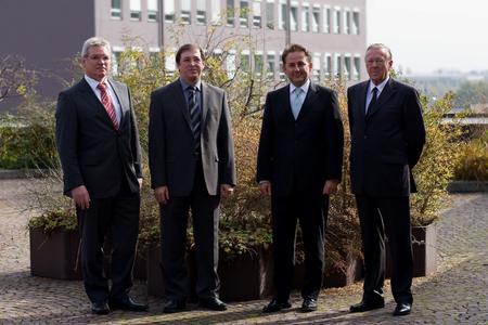 Sie besiegelten die Übernahme der SENTON GmbH durch TÜV SÜD (Foto: TÜV SÜD)