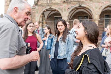 Prof. em. Dr. Karl Marten Barfuß bei der Stadtführung, Foto: Hochschule Bremen / Sabrina Peters