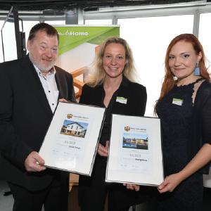 Klaus Vetterle und Maria Seidenkranz vom Family-Home-Verlag überreichten die  Silber-Urkunden an FingerHaus-Marketingleiterin Kerstin Lidgett (Mitte)