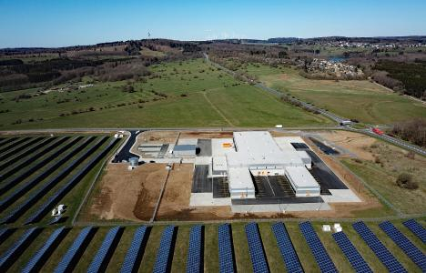 The new trans-o-flex logistics hub in Driedorf, Hesse, is located right next to a solar farm. Since 2008, the company has sourced almost all of its electricity from renewable sources