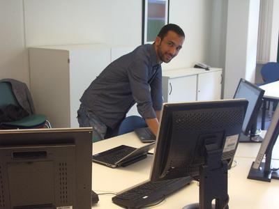 Der Istanbuler Student Kerem Torun an seinem Arbeitsplatz an der FH Flensburg