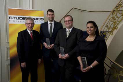 Die diesjährigen Studienpreisgewinner der Euro-FH mit dem Präsidenten der Fernhochschule, Prof. Dr. Jens-Mogens Holm (l.): Gregor Kern, Detlef Ames und Fatma Eser (v.l.n.r.)