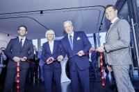 Elfi Scho-Antwerpes, Bürgermeisterin der Stadt Köln, durchschnitt als Ehrengast symbolisch das rote Band zur Eröffnung des neuen TRILUX Standortes in der Domstadt.