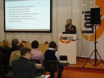 Geschäftsführer Fritz Mayr präsentiert den Vortrag: Goldgrube Lager