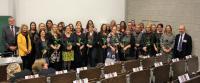 Absolvierende des Fernstudiums Pädagogik der Frühen Kindheit mit Studiengangsleiter Prof. Dr. Wolfgang Beudels (l),  Dr. Anna Köbberling, MdL (2.v.l) und Prof. Dr. Armin Schneider (re)