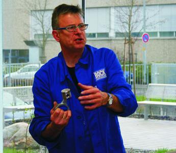 Bock Schulungsleiter Peter Spies erläutert den Berufsschülern Fehlerursachen in Kälteanlagen die zum Verdichterschaden führen können