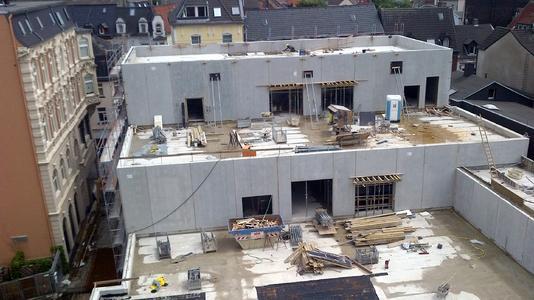 Zentimeterarbeit: Der Neubau reicht dicht an den Baubestand heran....