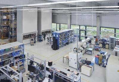 Alle an den Hänel Rotomat® Lagerlifte kommissionierten Aufträge werden der unmittelbar angrenzenden Produktion bereitgestellt.
