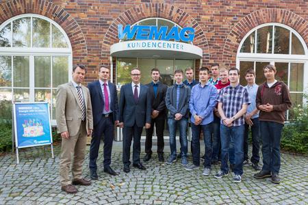 WEMAG-Vorstandesmitglied Caspar Baumgart, e.dat GmbH-Abteilungsleiter Detlef Repper und WEMAG-Personalleiter Michael Enigk (v.l.) begrüßen die jungen Berufsstarter und Studenten. Foto: WEMAG/Rudolph-Kramer