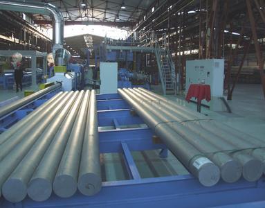 Die Aluminium-Pressbolzen werden im Ofen (links hinten) erhitzt und dann in die Presse geschoben