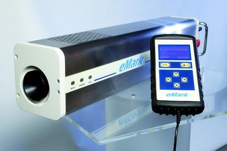 Der CO2-Einstiegslaser e-Mark zur dauerhaften Beschriftung von Produkten ist besonders kompakt., Foto - Bluhm Systeme