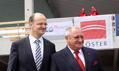 Yves Müller (Finanzvorstand Tchibo) und Detthold Aden (Vorstandsvorsitzender BLG LOGISTICS) vor dem im Bau befindlichen neuen Sortergebäude in Bremen
