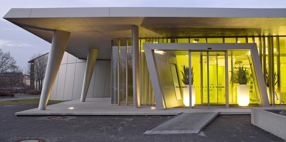 Das Gebäude strahlt in Gelb aus dem Inneren heraus und bildet einen spannenden Kontrast zu der technisch anmutenden Fassade, Foto: Caparol Farben Lacke Bautenschutz