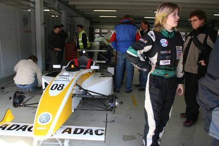 Jackie informiert sich ausführlich über die Technik des Formel Masters mit VW-Spiess Motor