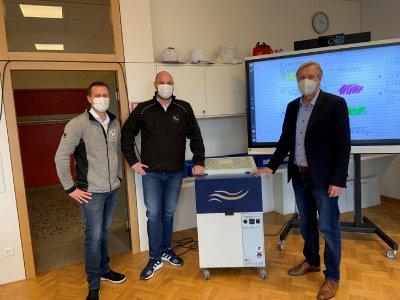 In der Schönstätter Marienschule kann dank des Einsatzes der TEKA-Luftreiniger aufgeatmet werden. Über die virenfreie Raumluft freuen sich (v.l.) Thorsten Fischedick (TEKA), Simon Telöken (TEKA) und der Schulleiter Michael Grevenbrock.