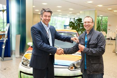 Marc Hartwig, verantwortlich für den 3M Geschäftsbereich Display & Graphics, übergibt den Schlüssel des eindrucksvoll gestalteten VW Up! an Stiv Jelicic von der Firma SD Werbetechnik, Nürnberg, den Gewinner des diesjährigen CARmäleon Award