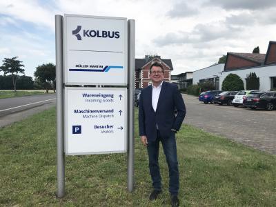 Kolbus Geschäftsführer Wilfried Kröger setzt Zeichen und startet mit der Umsetzung des neuen Markenlogos auf dem Firmengelände.