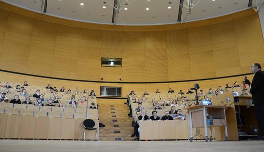 Zum Sommersemester begrüßt die FH Flensburg, hier in Person von FH Vizepräsident Prof. Dr. Thomas Severin,  typischerweise weniger Studierende im großen Audimax. / Foto: Gatermann