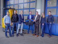 Übergabe der hochsicheren Transportbox mit den Smart-Meter-Gateways von Sagemcom Dr. Neuhaus an innogy Metering (Quelle: innogy Metering GmbH)