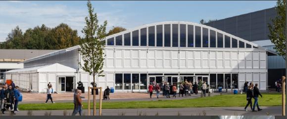 Die VIP-Zelthalle wurde mit einer Klarsichtgiebelplane, Systemkassetten  und einer 20 m langen Glasfront aus Glaselementen und Vollglastüren  ausgestattet